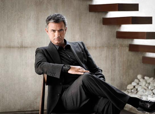 El estilo de ropa de José Mourinho es alternativo, juzgando por su chaqueta, y gusto por los colores negro.